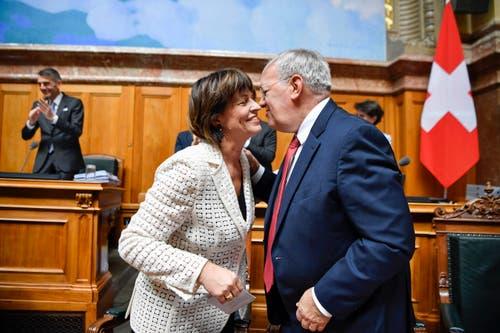 Die abtretenden Bundesräte Doris Leuthard und Johann Schneider-Ammann umarmen sich bei der Ersatzwahl in den Bundesrat durch die Vereinigte Bundesversammlung. (Bild: Keystone)