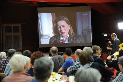 Alle sind gespannt: Am Public-Viewing in Erstfeld. (Bild: Urs Hanhart)
