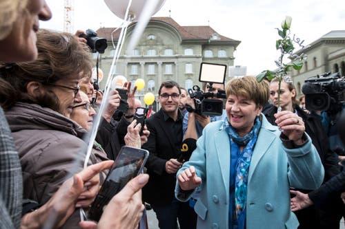 Bundesrätin Viola Amherd wird von ihren Fans auf dem Bundesplatz in Bern begrüsst. (Bild: KEYSTONE/Alexandra Wey)