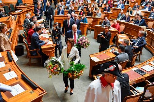 Die abtretenden Bundesräte Doris Leuthard und Johann Schneider-Ammann verlassen den Saal. (Bild: KEYSTONE/Peter Schneider)