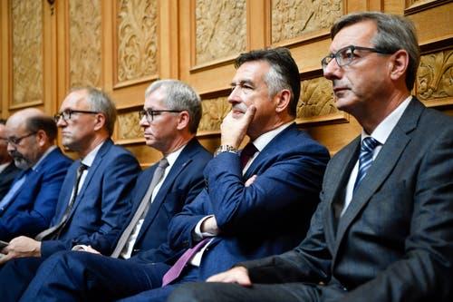 Bundesratskandidat Hans Wicki, FDP-NW, 2. von rechts, zwischen Josef Dittli, FDP-UR, rechts, und Erich Ettlin, CVP-OW, während der Ersatzwahl in den Bundesrat . (Bild: Keystone)