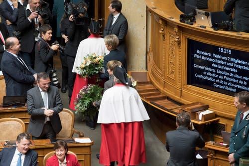 Die beiden neu gewählten Bundesraetinnen Karin Keller Sutter und Viola Amherd verlassen den Saal nach der Vereidigung. (Bild: Keystone)
