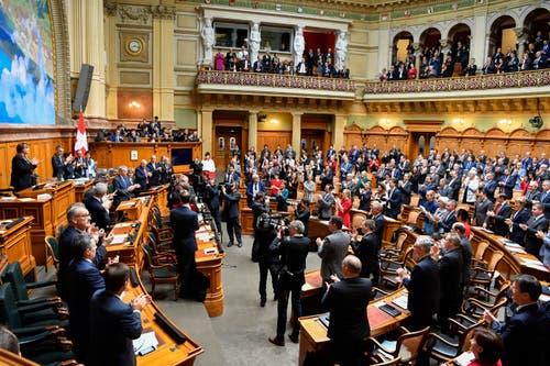 Die Vereinigte Bundesversammlung verabschiedet die abtretenden Bundesräte. (Bild: Keystone)