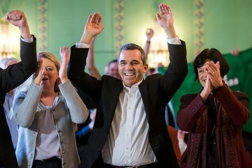 FDP-Anhänger jubeln über die Wahl von Karin Keller-Sutter in Bern. (Bild: KEYSTONE/Alexandra Wey)