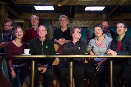 Eine kleine Gruppe fiebert für Hans Wicki: In der Bar «Happy Day» in Wolfenschiessen. (Bild: Eveline Beerkircher)