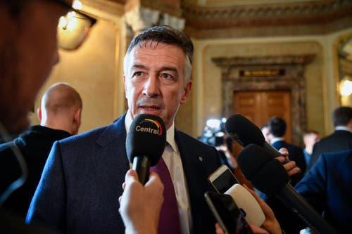 Der unterlegene Bundesratskandidat Hans Wicki erklärt sich den Medien. (Bild: Keystone)