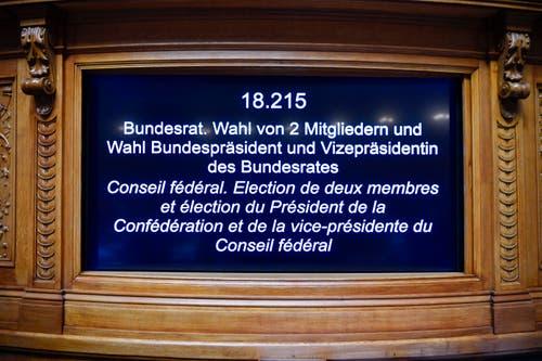 Die elektronische Anzeigetafel im Saal zeigt die Tagesordnung mit der Ersatzwahl in den Bundesrat durch die Vereinigte Bundesversammlung. (Bild: Keystone)