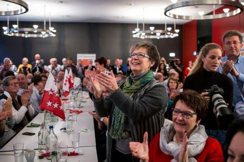 Anhänger aus dem Wallis freuen sich über die Wahl von Bundesrätin Viola Amherd im Restaurant «Äusseren Stand» in Bern. (Bild: KEYSTONE/Alexandra Wey)