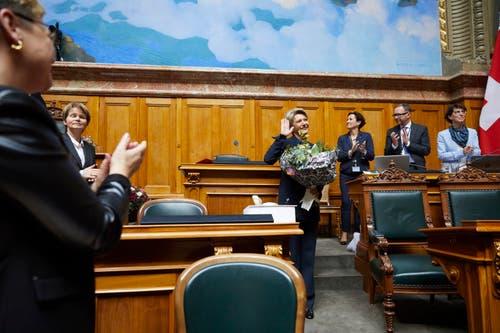 Applaus für Karin Keller-Sutter nach der Annahme der Wahl. (Bild: Keystone)