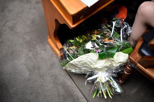 Ein Blumenstrauss liegt für die frisch gewählte Bundesrätin bereit. (Bild: KEYSTONE/Anthony Anex)