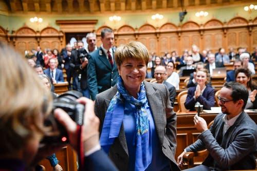 Viola Amherd, Mitte, freut sich über ihre Wahl zum 118. Mitglied des Bundesrates. (Bild: KEYSTONE/Anthony Anex)