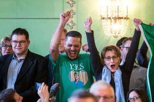 Anhaenger der FDP jubeln über die Wahl von Karin Keller-Sutter. (Bild: Keystone)
