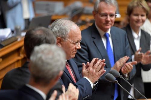 Der abtretende Bundesrat Johann Schneider-Ammann, Mitte, empfängt den Applaus der Vereinigten Bundesversammlung. (Bild: Keystone)