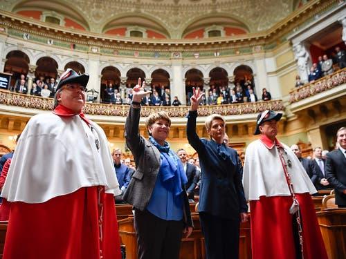 Karin Keller-Sutter, rechts, und Viola Amherd, werden zwischen den Ratsweibeln vereidigt nach ihrer Wahl in den Bundesrat durch die Vereinigte Bundesversammlung. (KEYSTONE/Anthony Anex) (Bild: KEYSTONE/ANTHONY ANEX)
