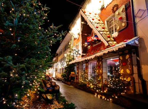 Die Konditorei Fischer in Beromünster verwandelt sich jedes Jahr in der Weihnachtszeit in ein schönes Lebkuchenhaus. (Bild: Marianne Schmid (Beromünster, 4. Dezember 2018))