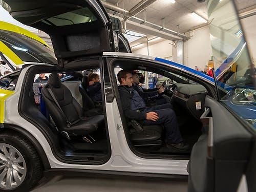 Im Einsatz auf den Strassen Basels stehen die Teslas ab Frühjahr 2019. Zunächst werden die Mitarbeitenden der Polizei geschult. (Bild: KEYSTONE/GEORGIOS KEFALAS)