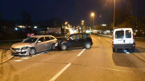 Reiden - 5. DezemberAuf der Pfaffnauerstrasse in Mehlsecken ist es zu einem Unfall zwischen drei Autos gekommen. Zwei Personen wurden verletzt und vom Rettungsdienst ins Spital eingeliefert.