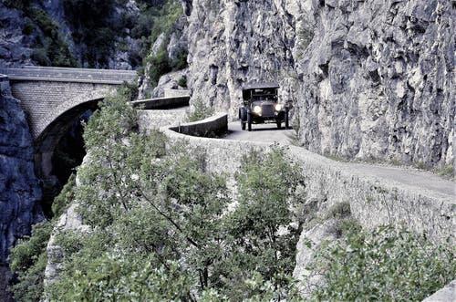 Bernhard Brägger kurvt mit seinem auch «Tin Lizzy» genannten Ford T durch die engen Kurven in La Clue d'Aiglun in den französischen Seealpen. (Bild: PD)