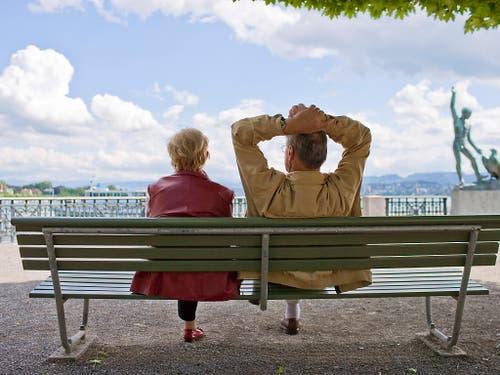 Ohne grosse materielle Sorgen durchs Alter: die Altersvorsorge treibt Herr und Frau Schweizer laut dem neusten CS-Sorgenbarometer am meisten um. (Bild: KEYSTONE/GAETAN BALLY)