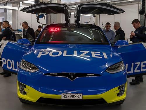 Die Basler Kantonspolizei hat ihre ersten Teslas des Modells X 100D erhalten. (Bild: KEYSTONE/GEORGIOS KEFALAS)