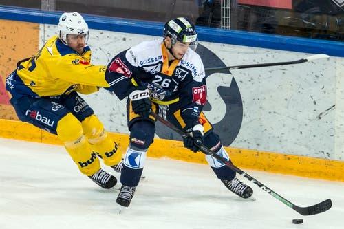 Reto Suri schirmt die Scheibe vor Magnus Nygren ab. (Bild: Alexandra Wey/Keystone (Zug, 8. Dezember 2018))