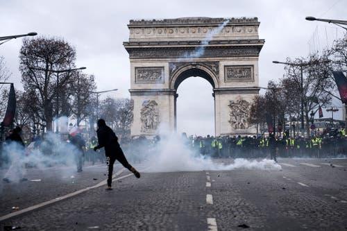 Kampfszenen vor dem Arc de Triomphe. (Bild: Julien de Rosa/EPA (Paris, 08.12.2018))