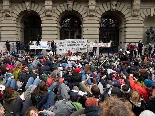 Lautstark riefen die Kundgebungsteilnehmer die Schweizer Politik zu mehr Engagement im Kampf gegen den Klima-Wandel auf. (Bild: KEYSTONE/ANTHONY ANEX)