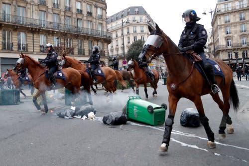 Die Polizeikräfte gingen auch auf Pferden gegen die Demonstranten vor. (Bild: Thibault Camus/AP Photo (Paris, 08.12.2018))