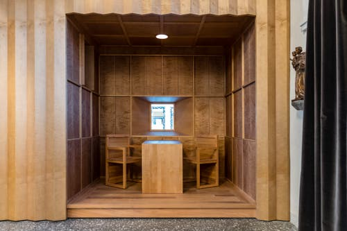 Im Innern wurden mehrere Holzeinbauten installiert, so auch dieses Büro mit Fenster. (Bild: Philipp Schmidli, 7. Dezember 2018)