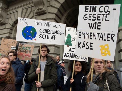 Die mögliche Abschwächung der CO2-Gesetzgebung bringt die Jungen auf die Palme. (Bild: KEYSTONE/ANTHONY ANEX)
