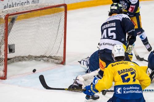 Nur ein Team erzielte heute die Tore: Hier macht Zugs Everberg Druck im Davoser Slot. (Bild: Alexandra Wey/Keystone (Zug, 8. Dezember 2018))