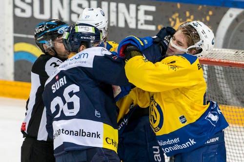 Bei den jeweiligen Aufeinandertreffen zwischen den beiden Teams kommt es fast schon traditionell zu viel Emotionen. Hier geraten sich Zugs Reto Suri und der Davoser Sven Jung in die Haare. (Bild: Alexandra Wey/Keystone (Zug, 8. Dezember 2018))