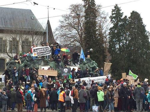 Mit einer Aktion fordert die Klima-Allianz in Bern (Bild) und Genf unter anderem einen Ausstiegsplan aus der fossilen Energie. (Bild: Keystone-SDA/Therese Hänni)