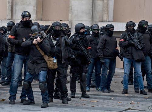 Die Polizei hat auch Tränengas verwendet. (Bild: Julien de Rosa/EPA (Paris, 08.12.2018))
