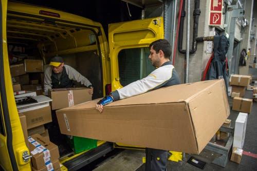 Auch grosse Pakete müssen verladen werden.