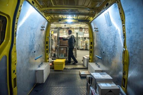 Bis zu 300 Pakete werden in einen Lieferwagen gepackt. (Bild: Dominik Wunderli, Rothenburg, 6. Dezember 2018)
