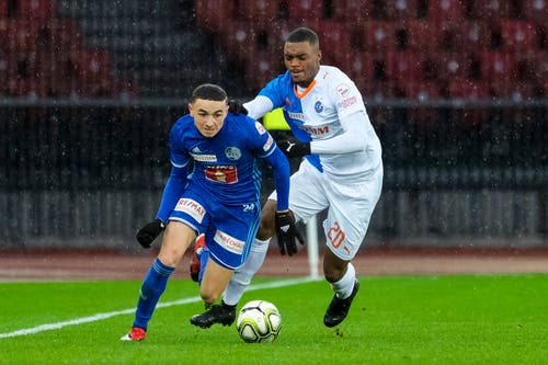 Ruben Vargas (Luzern) gegen Julien Ngoy (GC). (Bild: Martin Meienberger/freshfocus, 9. Dezember 2018)