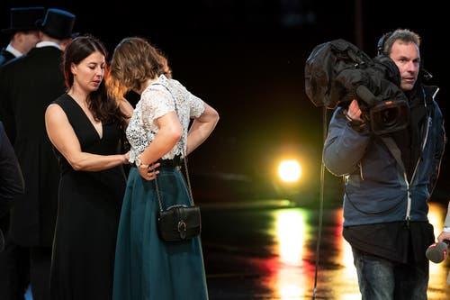 Dominique Gisin richtet Michelle Gisin die Robe.(Bild: Urs Lindt/freshfocus, 9. Dezember 2018)