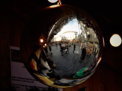 Warum nicht einmal den wunderschönen Weihnachtsmarkt auf dem Franziskanerplatz in Luzern in einer Kugel fotografieren? (Bild: Margrith Imhof-Röthlin (Luzern, 7. Dezember 2018))