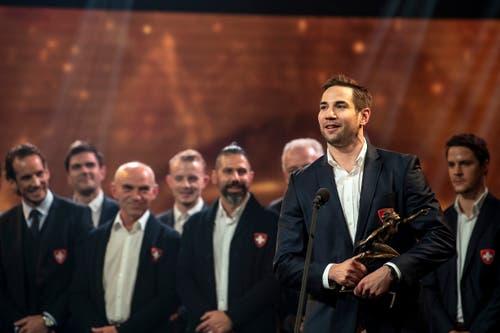 Team des Jahres Nationalteam Maenner (Eishockey) Captain Simon Moser mit dem Award.(Bild: Urs Lindt/freshfocus, 9. Dezember 2018)