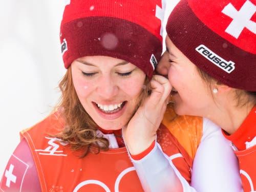 Michelle Gisin (im Bild mit Wendy Holdener) steht als Olympiasiegerin in der Kombination zur Wahl (Bild: KEYSTONE/JEAN-CHRISTOPHE BOTT)