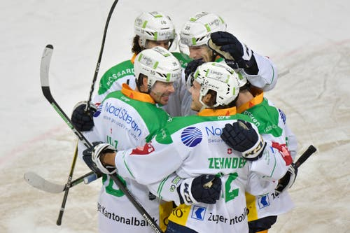 Jubel bei den Zugern, v.L. mit Raphael Diazz, Dominik Schlumpf, Sven Senteleler und Yannick Zehnder nach seinem zweiten Treffer zur 1:3 Führung. (Bild: KEYSTONE/Juergen Staiger, 9. Dezember 2018)