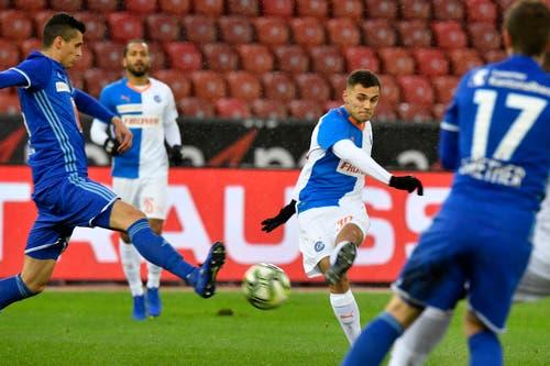 Der Grasshopper Nedim Bajrami schiesst den 1-1 Ausgleich. (Bild: KEYSTONE/Walter Bieri, 9. Dezember 2018)