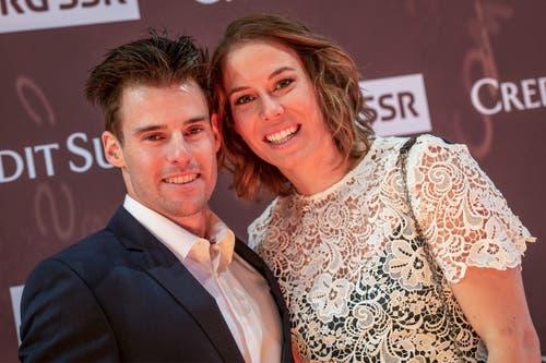 Michelle Gisin und ihr Freund Luca De Aliprandini posieren auf dem goldenen Teppich an der Verleihung des Credit Suisse Sports Awards 2018. (Bild: KEYSTONE/Melanie Duchene, 9. Dezember 2018)