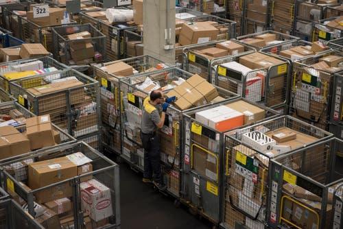 Verteilzentrum der Post in Rothenburg am Donnerstag morgen um 05.45 Uhr: Die Pakete stapeln sich meterhoch. (Bild: Dominik Wunderli, Rothenburg, 6. Dezember 2018)