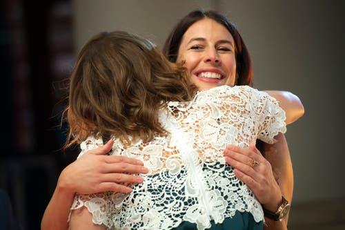Michelle Gisin, links, und ihre Schwester Dominique, rechts, umarmen sich. (Bild: KEYSTONE/Melanie Duchene, 9. Dezember 2018)