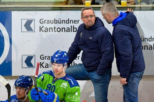 Der Davoser Head Coach ad interim Michel Riesen, rechts flüstert seinem Assistant Coach und Sportchef Rene Mueller hinter der Bande etwas zu. (Bild: KEYSTONE/Juergen Staiger, 9. Dezember 2018)