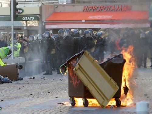Demonstranten zündeten Barrikaden und Autos an, schlugen Fensterscheiben ein und lieferten sich Auseinandersetzungen mit den Sicherheitskräften. (Bild: KEYSTONE/AP/CLAUDE PARIS)