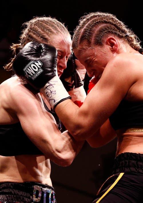 Nicole Boss (rechts) verliert den WM-Kampf im Leichtgewichtsboxen gegen Delfine Person aus Belgien durch technischen K.o. in der neunten Runde. (Bild: Keystone / Thomas Hodel)