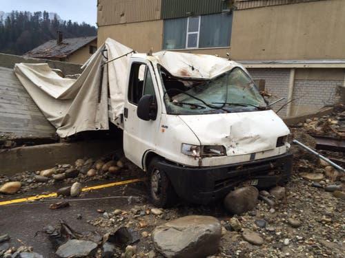 Auch dieses Nutzfahrzeug geriet in die Wasser- und Gesteinsmassen. (Bild: Leserreporter)